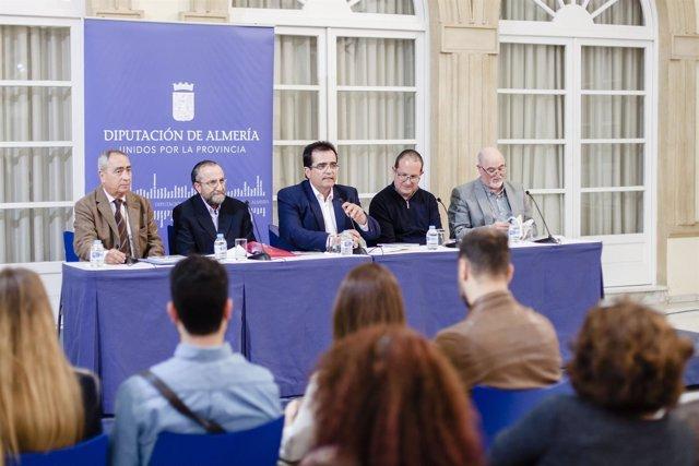 El Patio de Luces ha acogido la presentación de las dos obras literarias.