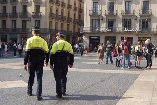 Guardia Urbana patrullando en la Plaza de la Catedral de Barcelona