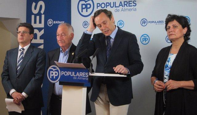 En el centro, el diputado nacional del PP y portavoz, Rafael Hernando