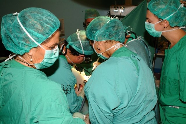 Operación de trasplante en el Hospital Reina Sofía