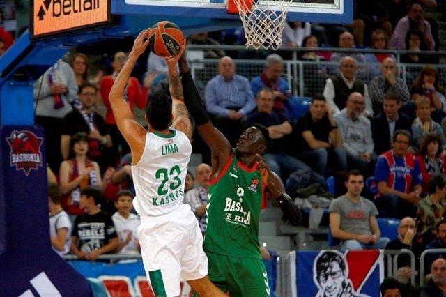 Augusto Lima ante Ilimane Diop en Euroliga- Baskonia - Zalgiris