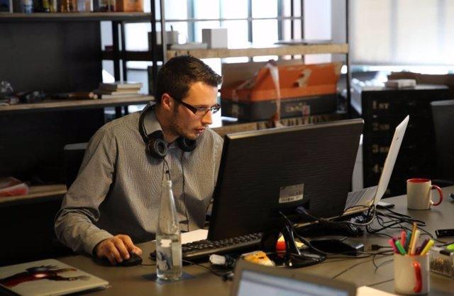 Un trabajador frente al ordenador