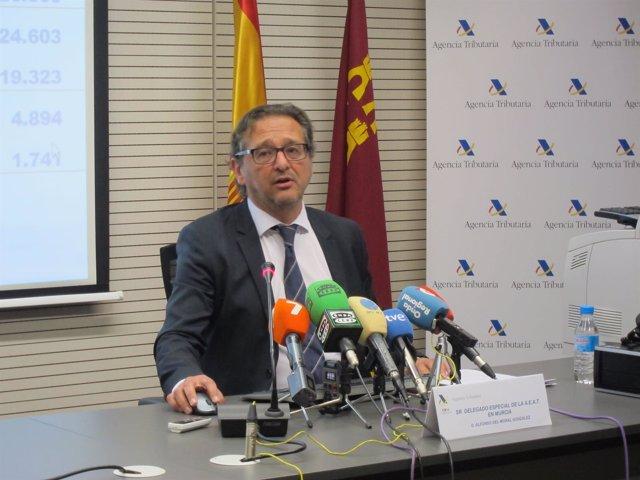 El delegado de la Agencia Tributaria en Murcia durante la rueda de prensa