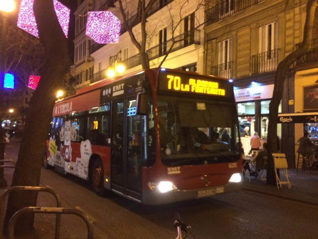 Autobús de EMT València circulando por la noche