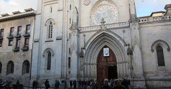 'Okupas' lanzan bengalas en la Catedral de Santiago, en Bilbao, y obligan...