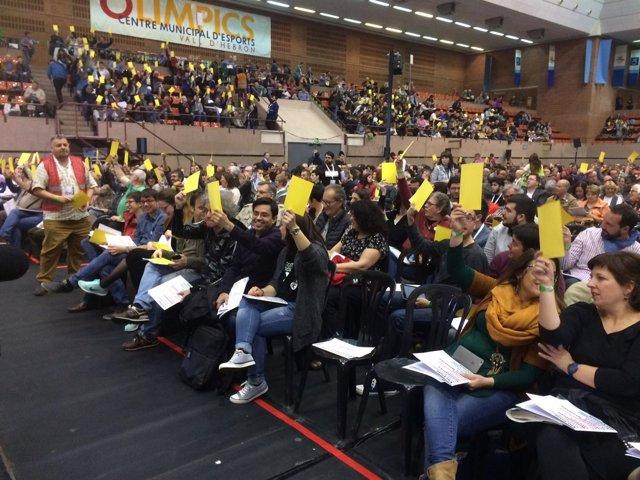 Votación en la asamblea de creación del nuevo partido de los 'comuns'