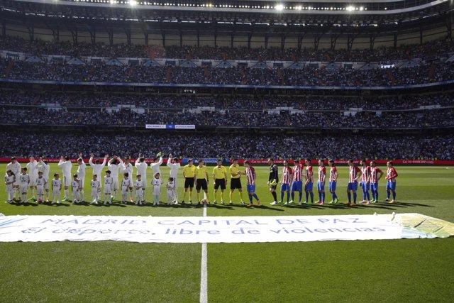 La lona 'Madrid, capital de paz' en el Bernabéu