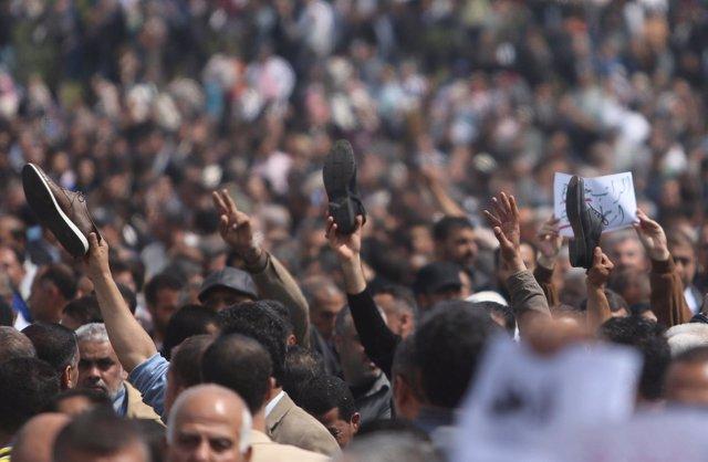 Empleados de la Autoridad Palestina protestan en Gaza