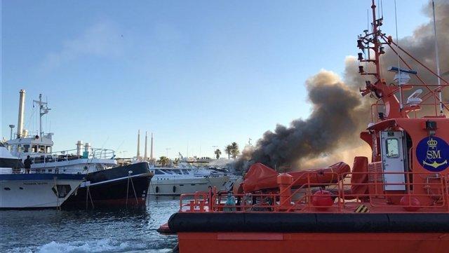 Incendio de un barco en el Puerto de Sant Adrià, en el Fòrum