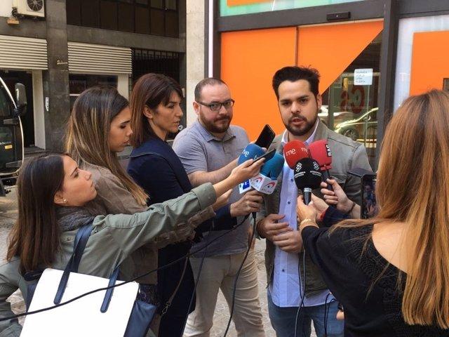 Fernando de Páramo (Cs) atendiendo a los medios en Barcelona