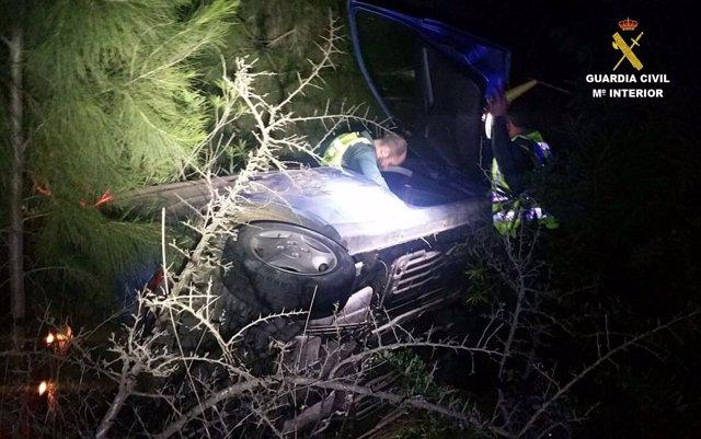 Rescatan a dos mujeres de un vehículo accidentado.