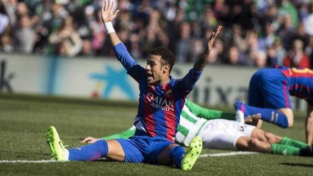 Neymar se queja en el Betis - Barcelona