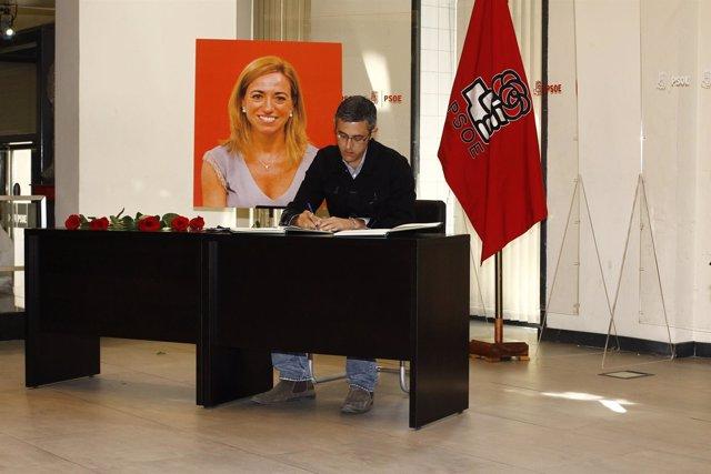 Eduardo Madina firmar en el libro de condolencias del PSOE