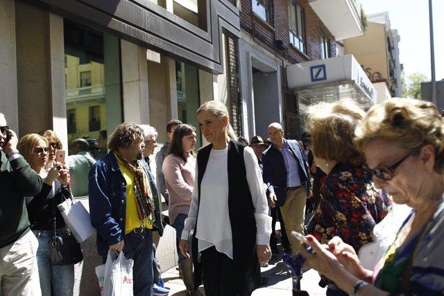 Cristina Cifuentes acude a la capilla ardiente de Carme Chacón