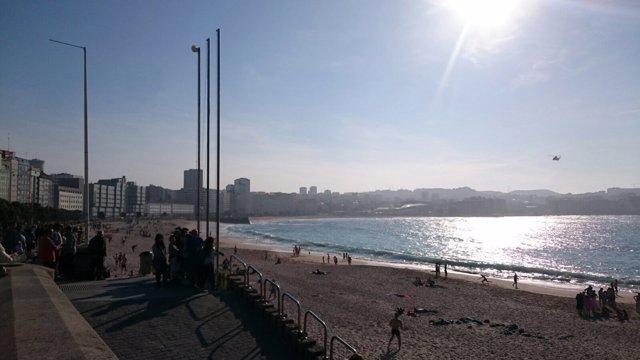 El helicóptero sobre la ensenada del Orzán, en A Coruña