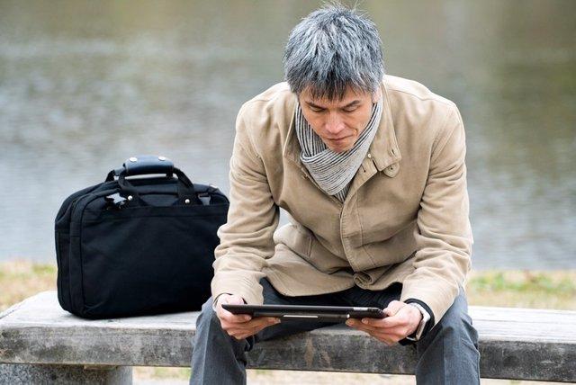 Hombre con canas, tablet, solo, parque