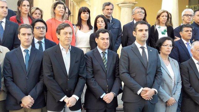 Juanma Moreno en el minuto de silencio por un crimen machista