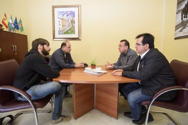 El diputado de Cultura y 'Filming Almería', con el equipo de la película.