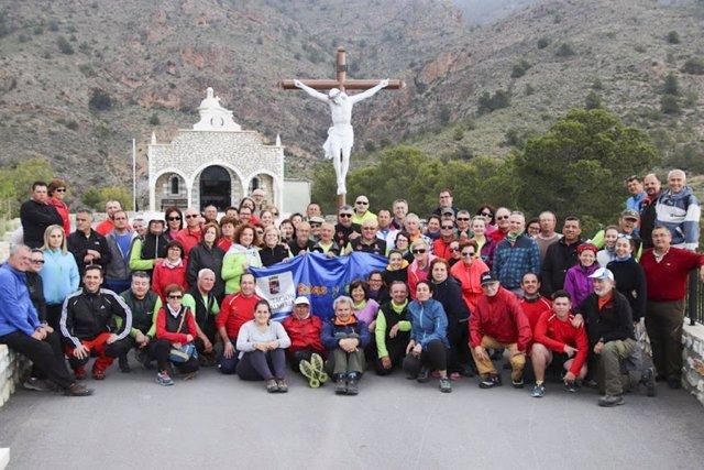 Los senderistas junto al Cristo Crucificado, en la Ermita de la Buena Muerte.