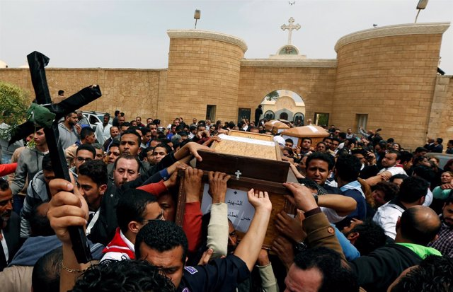 Familiares de las víctimas atentado en una iglesia copta en Alejandría