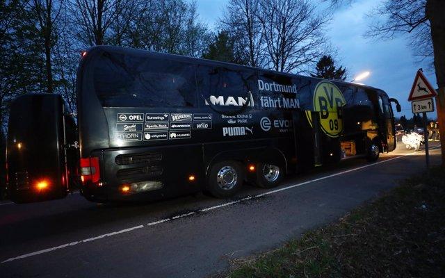 El autobús del Dortmund quedó seriamente dañado