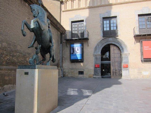 Museo Pablo Gargallo con caballo delante