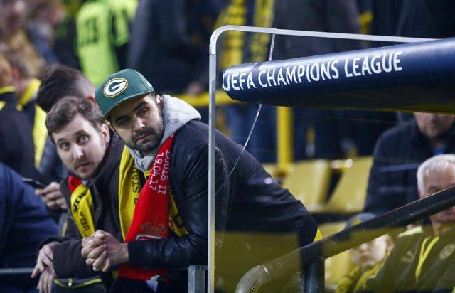 Seguidores del Borussia Dortmund tras la suspensión del partido ante Mónaco