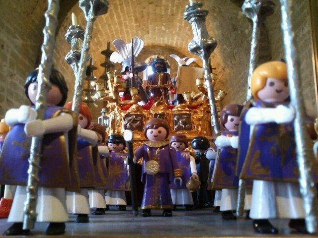 Muñecos de playmobil recreando una procesión