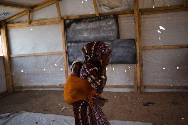 Una niña refugiada en Camerún con su hermana