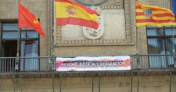 Una pancarta en apoyo a la II República luce en el balcón del...