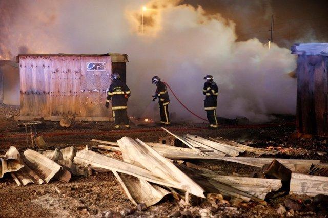 Incendio en un campamento de refugiados en el norte de Francia