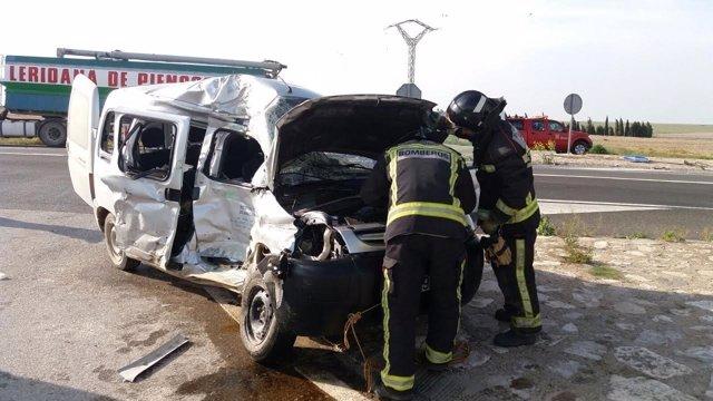 Accidente de tráfico entre una furgoneta y un camión.