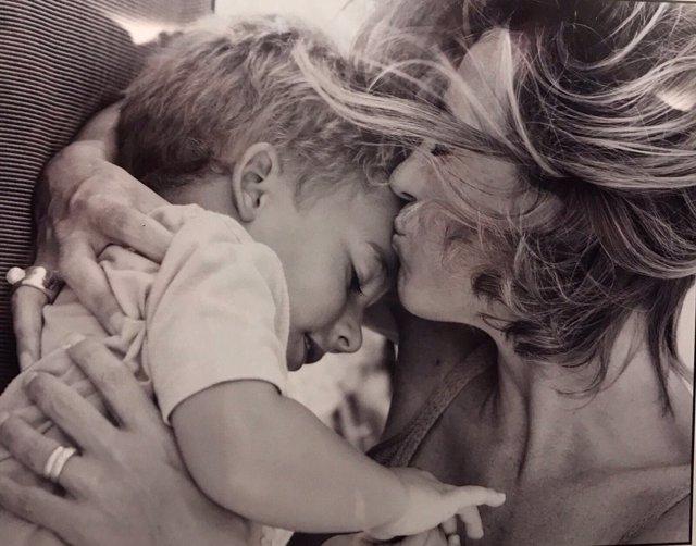 Chacón besando a su hijo Miquel