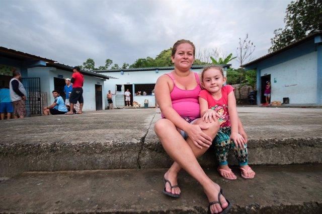 Lupita, de 4 años, y Erika, su madre, afectadas por terremoto e inundaciones