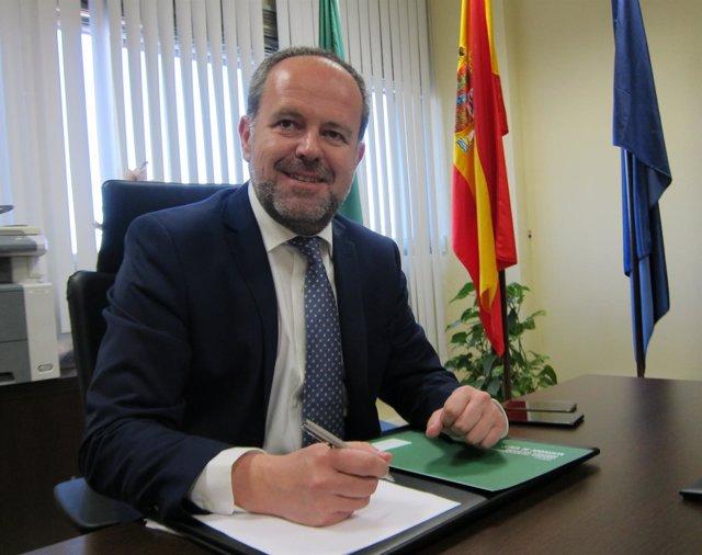 Francisco de Paula Algar en su despacho