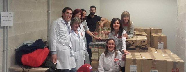 Roberto Santos con voluntarios de la campaña 'Danos la lata'