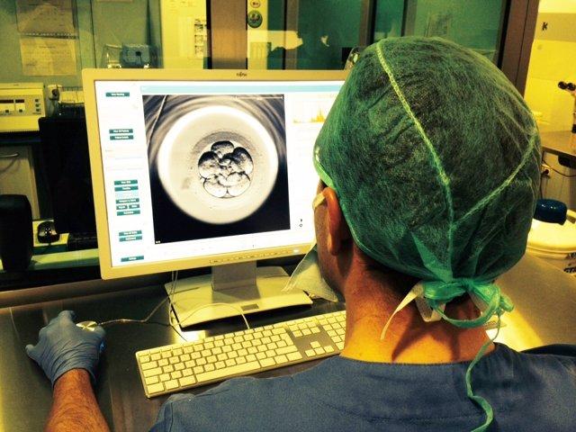 Médico tratamiento reproducción asistida óvulos embarazo implantación semen