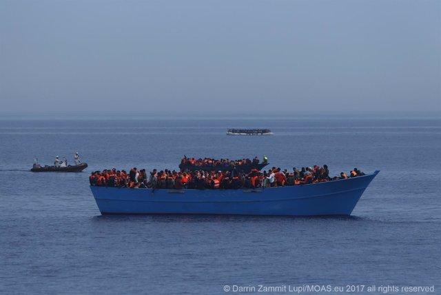 Barcaza de emigrantes en el Mediterráneo
