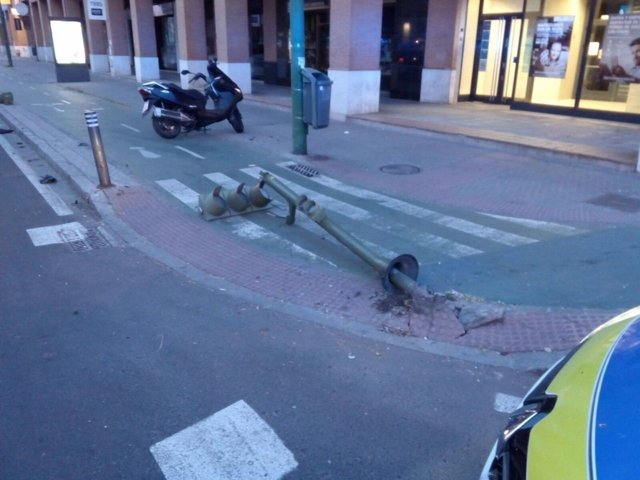 Semáforo caído tras un accidente en la avenida Manuel del Valle de Sevilla