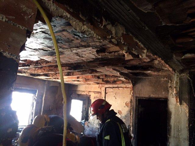 Bomberos trabajan en incendio piso vivienda ciudad jardín fuego calcinado málaga