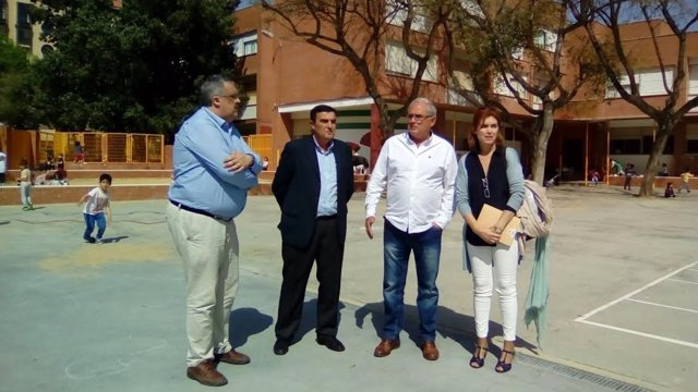 El delegado de Educación en Huelva, Vicente Zarza, en el colegio García Lorca.