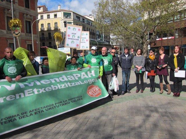 Concentración de la PAH ante el Parlamento de Navarra