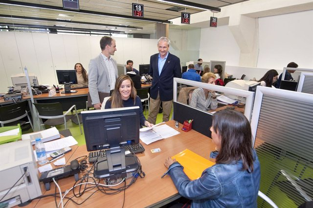 Aranburu visita la oficina de Hacienda de Pamplona en la campaña de la Renta