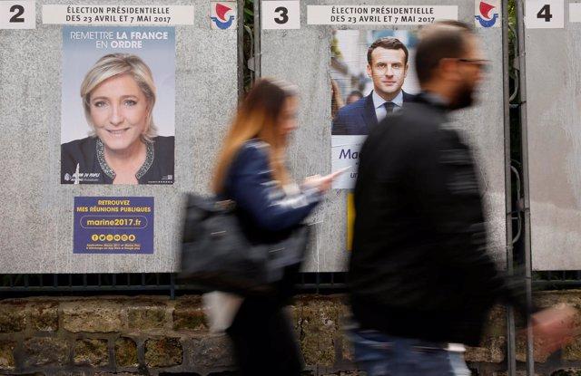 Carteles electorales de Marine Le Pen y Emmanuel Macron en Francia