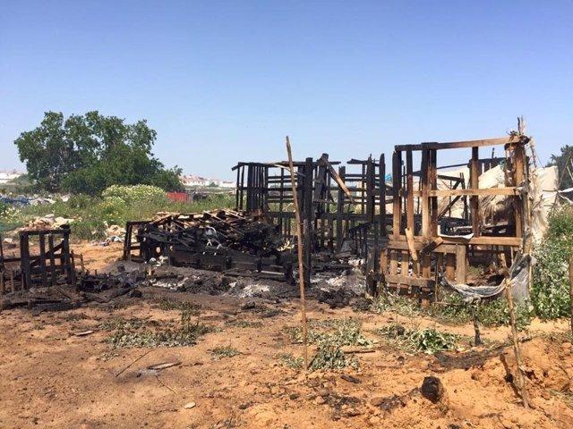 Imagen del incendio en el asentamiento de Lepe (Huelva).