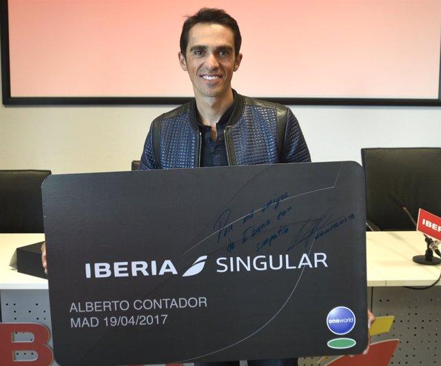 Alberto Contador recibe la tarjeta Iberia Singular