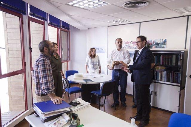 El diputado Antonio Torres junto a algunos de los técnicos del área.