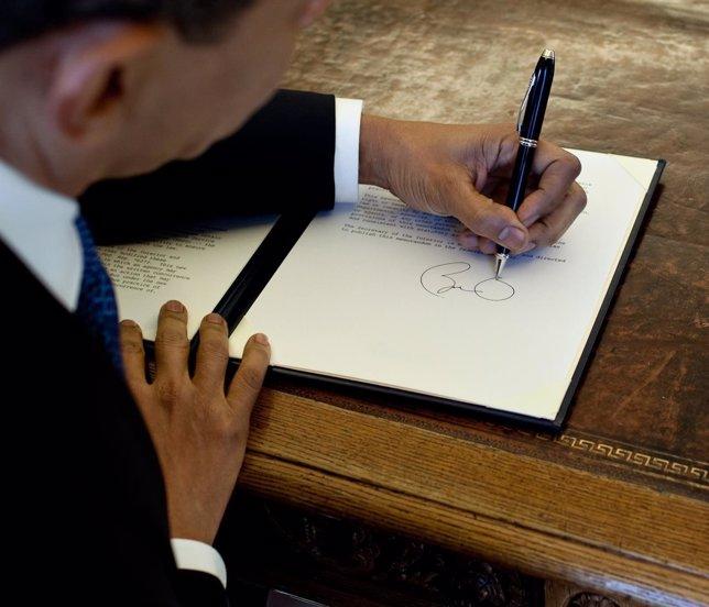 Barack Obama escribe en el Despacho Oval