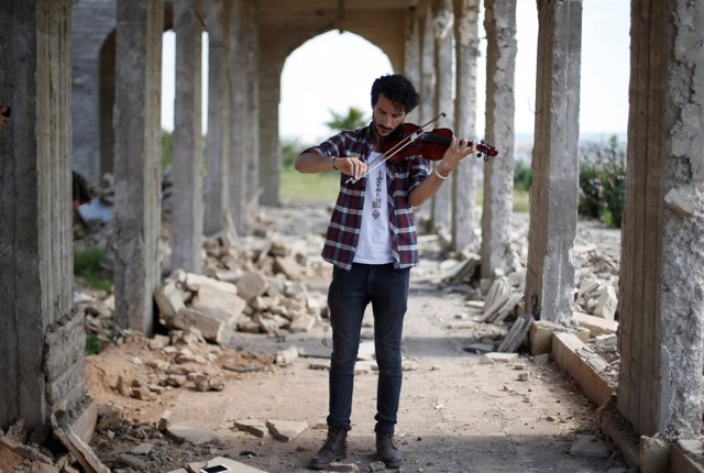 Ameen Mukdad, un violinista iraquí tocando en Mosul