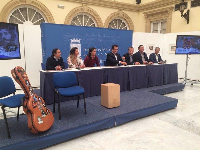 Al terminar la presentación, los artistas han actuado en el Palacio Provincial.